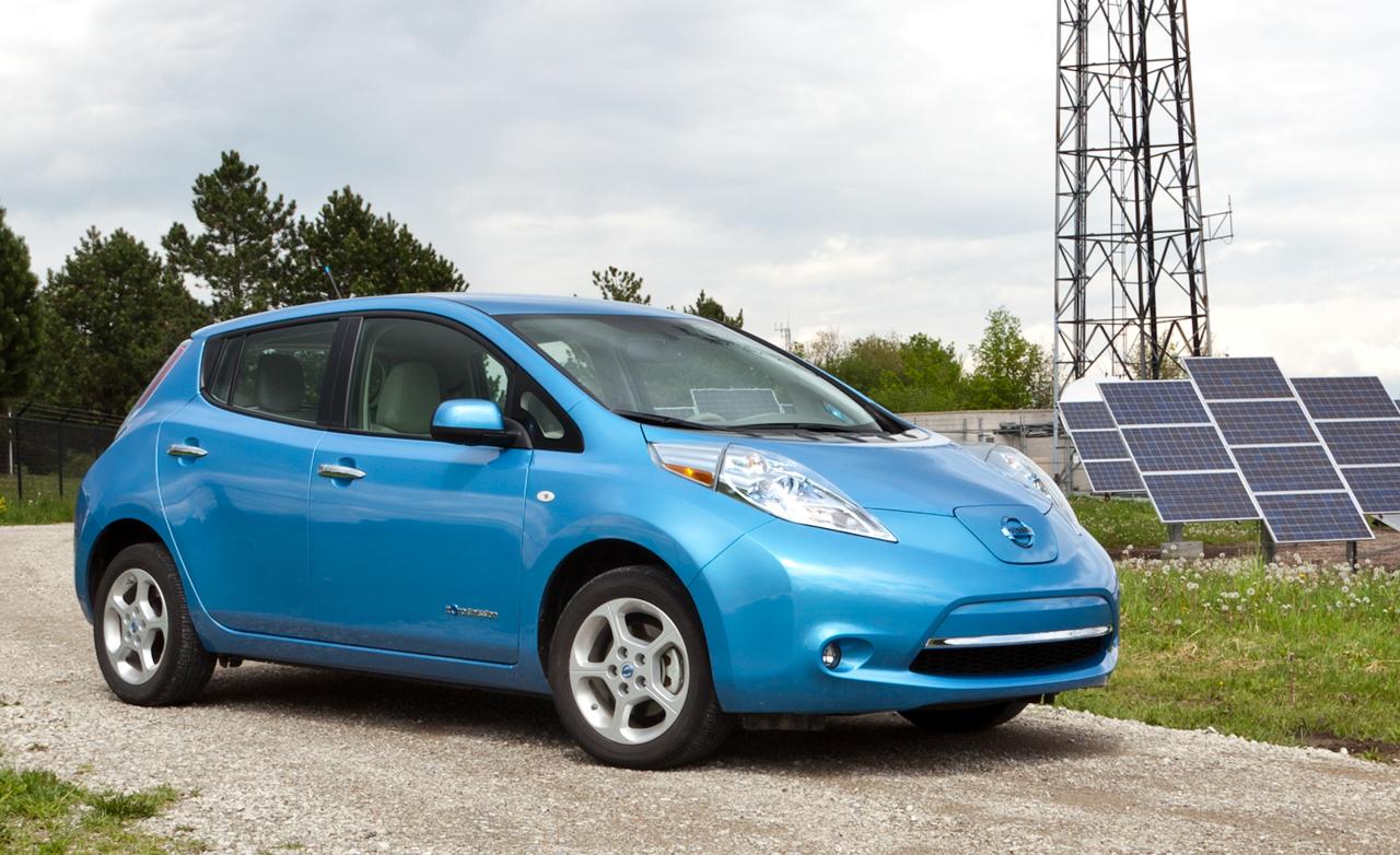 Nissan Leaf op platteland weg